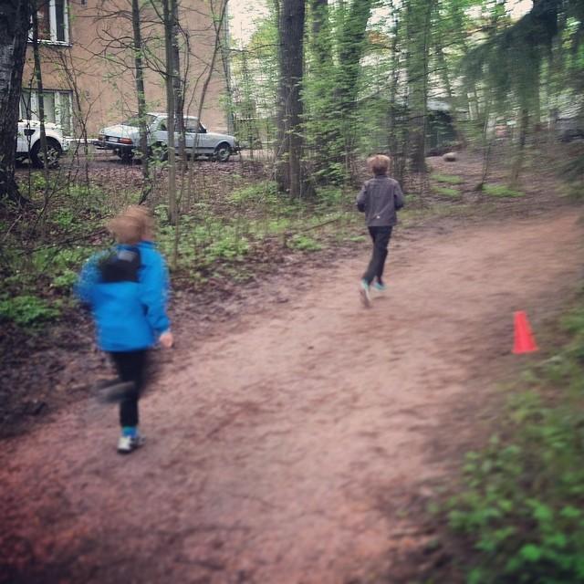 Jälkikasvun kanssa Munkinpuiston Rauhanmaili-juoksussa.