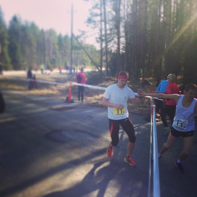 Karhu-viesti 2014: B12 - Powerwalking Group -joukkue vaihtaa vauhdikkaasti viimeiselle osuudelle.